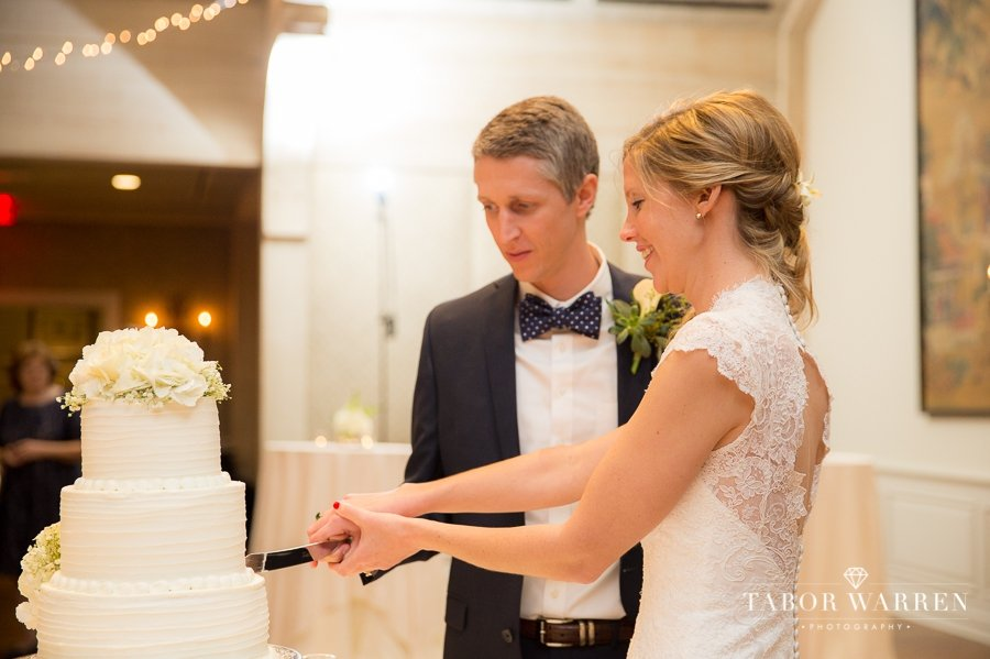 Southern Hills Country Club wedding cake cutting